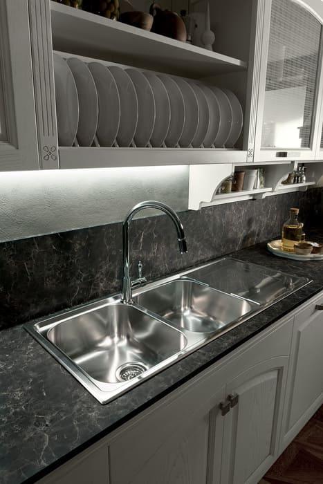Colombini Casa Cucina Classica Mida piano scuro sportelli bianchi 68a