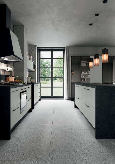 Colombini Casa Cucina Moderna Quadra con sportelli chiari e piano scuro