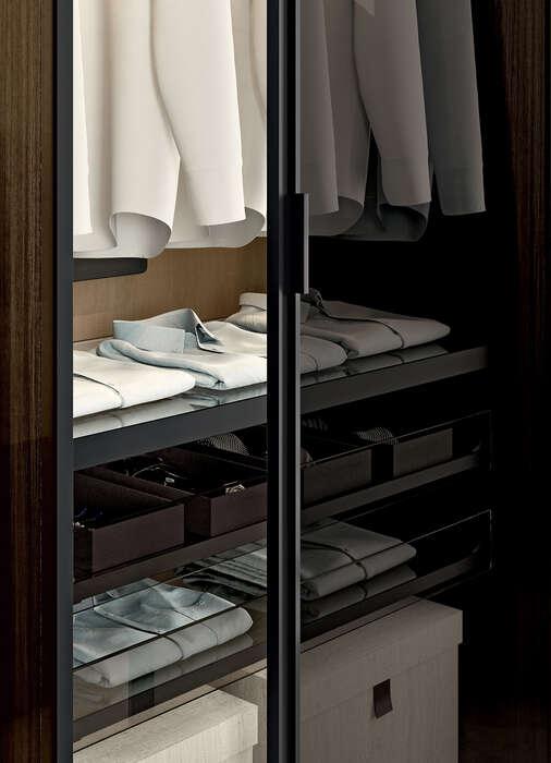 cabina armadio con ripiani in vetro